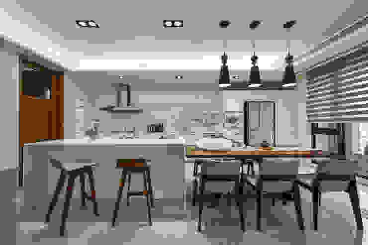 Nhà bếp phong cách hiện đại bởi 匯羽設計 / Hui-yu Interior design Hiện đại