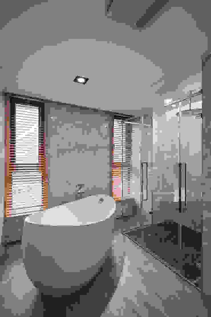 住宅 │ 高雄 德勒斯登 Dresden Lin Residence 現代浴室設計點子、靈感&圖片 根據 匯羽設計 / Hui-yu Interior design 現代風