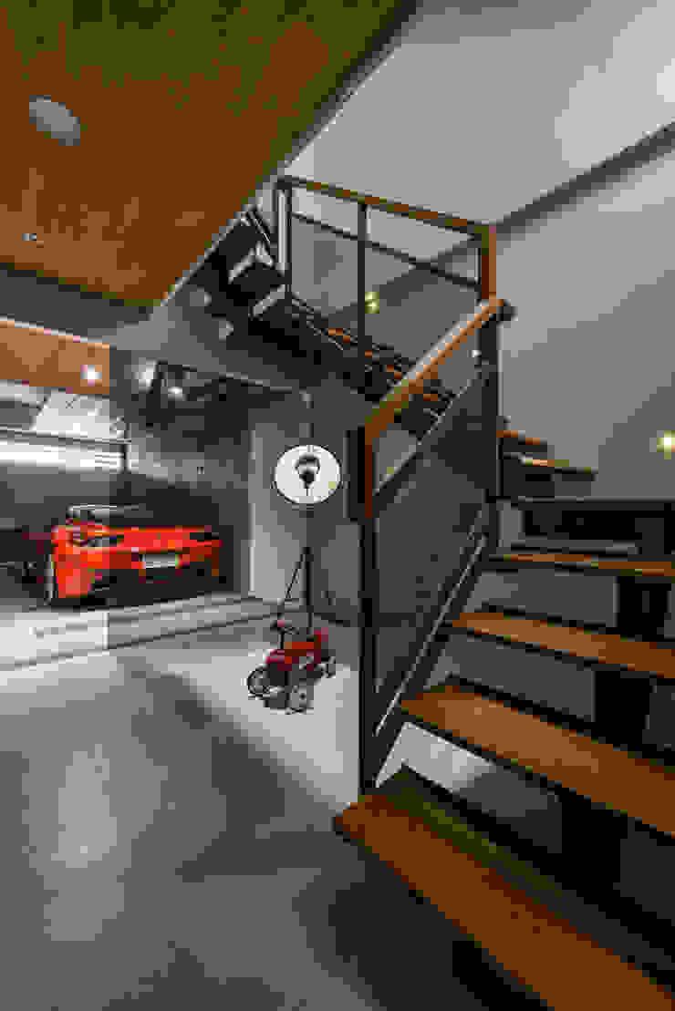 Modern corridor, hallway & stairs by 匯羽設計 / Hui-yu Interior design Modern