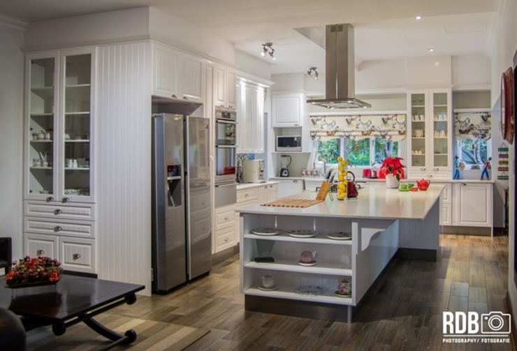 Modern French Provincial Kitchen:  Kitchen by Ergo Designer Kitchens and Cabinetry, Country MDF