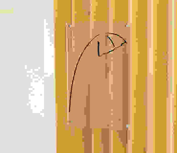 Zona de Acesso às Salas de Tratamento - Pormenor de Revestimento de Parede e Identificação de Gabinete. Clínicas modernas por MUDE Home & Lifestyle Moderno