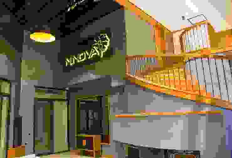 Modern Corridor, Hallway and Staircase by MAESTRO İÇ MİMARLIK Modern