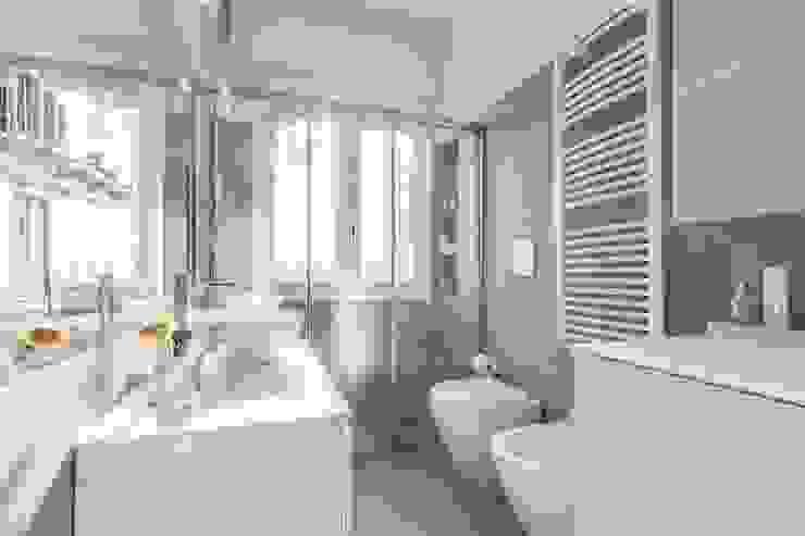 Bagno con piastrelle rettangolari orizzontali sui toni del grigio e del bianco Bagno moderno di Facile Ristrutturare Moderno