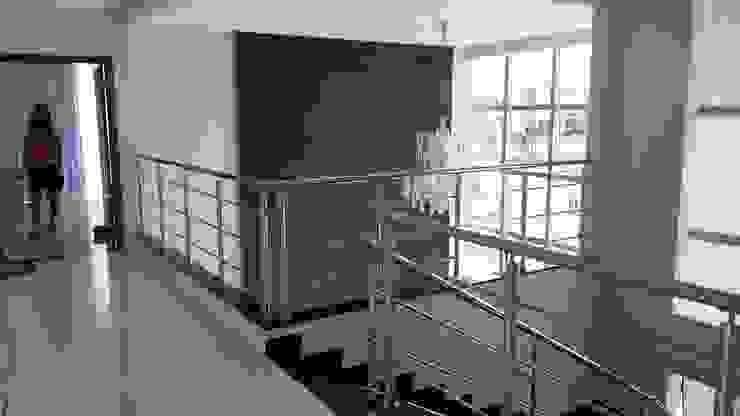 Hall da Escada Corredores, halls e escadas modernos por homify Moderno