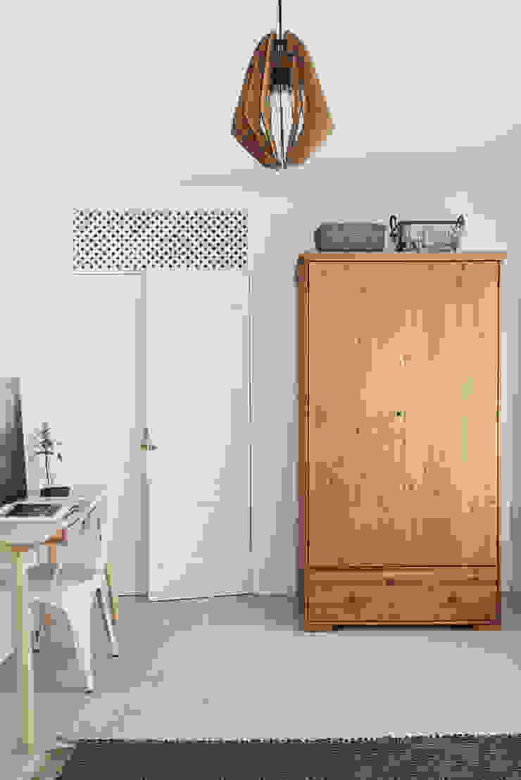 Dormitorios de estilo escandinavo de Arkstudio Escandinavo