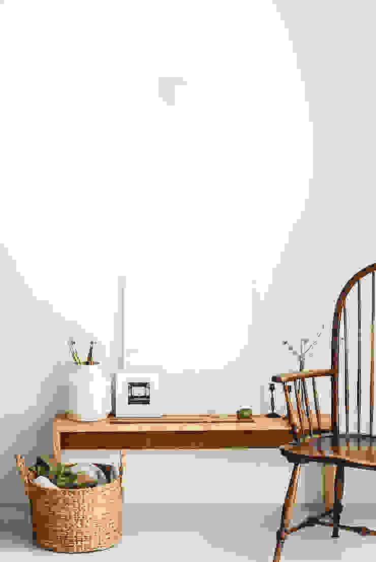Detalhe de mobiliario desenhado e executado para o projeto Escritórios rústicos por Arkstudio Rústico