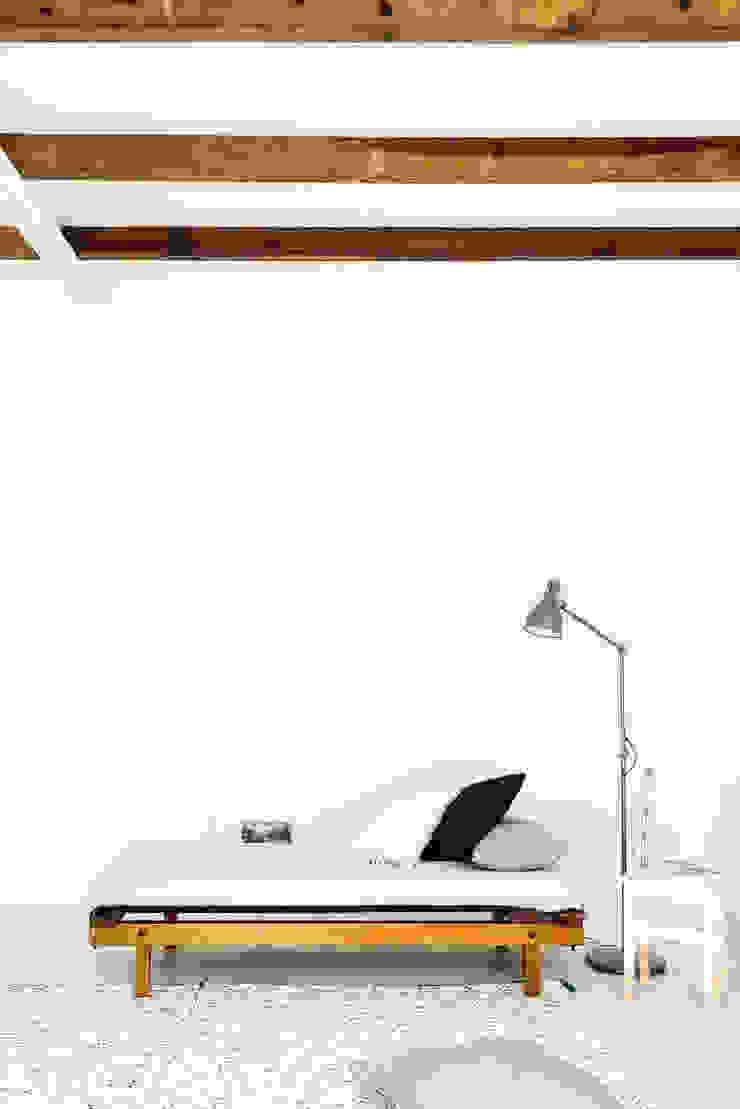 Detalhe da zona de estar Salas de estar rústicas por Arkstudio Rústico