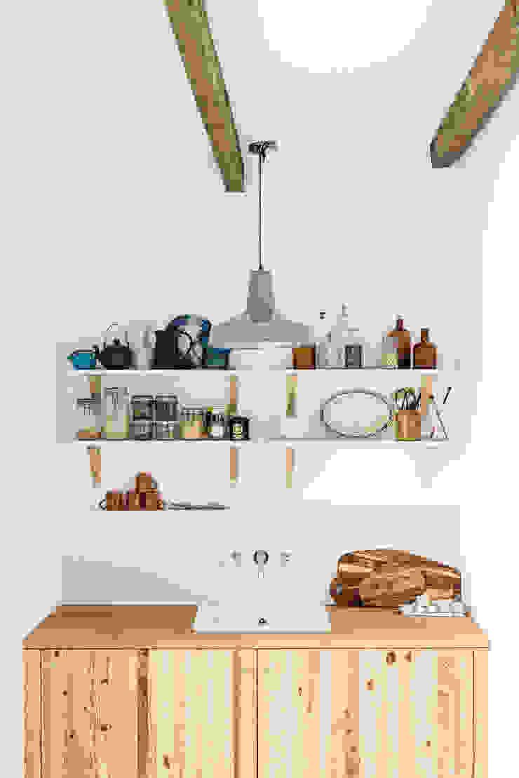 Pormenor da zona de copa Cozinhas rústicas por Arkstudio Rústico