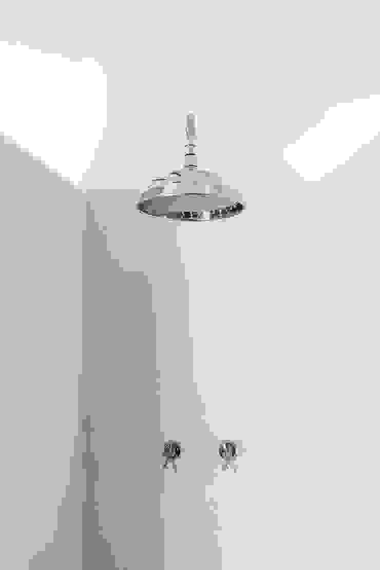Detalhe do chuveiro do duche Casas de banho rústicas por Arkstudio Rústico