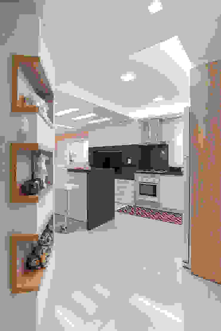 Кухня в стиле модерн от ROBERTA FANTON ARQUITETURA INTEGRADA Модерн