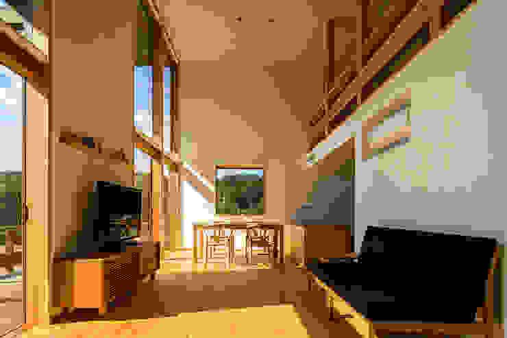 Soggiorno eclettico di 中山大輔建築設計事務所/Nakayama Architects Eclettico