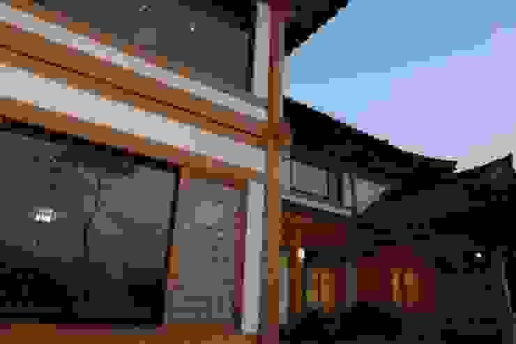 전통한옥, 현대와 만나다 아시아스타일 창문 & 문 by Daehan Housing 한옥