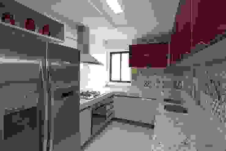 Cris Nunes Arquiteta KitchenCabinets & shelves