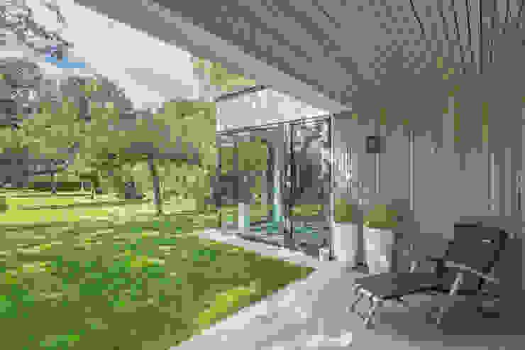 veranda Villa Wierden - schipperdouwesarchitectuur:  Terras door schipperdouwesarchitectuur,