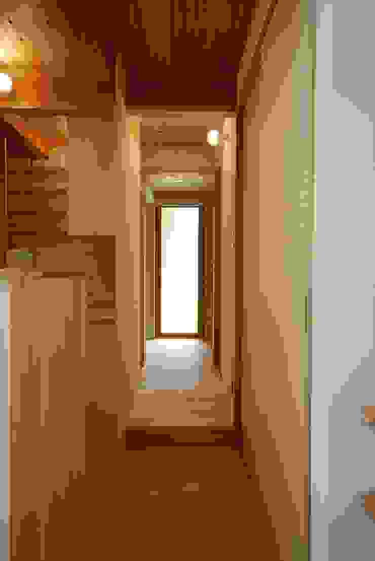 Minimalist corridor, hallway & stairs by 神谷建築スタジオ Minimalist