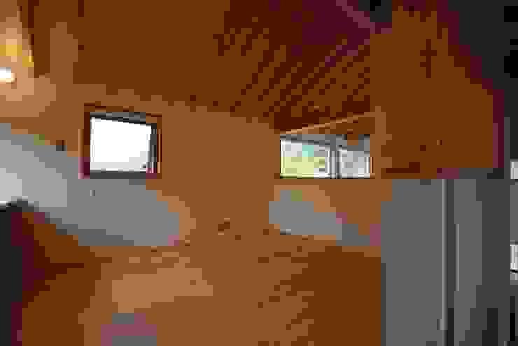 Minimalist living room by 神谷建築スタジオ Minimalist