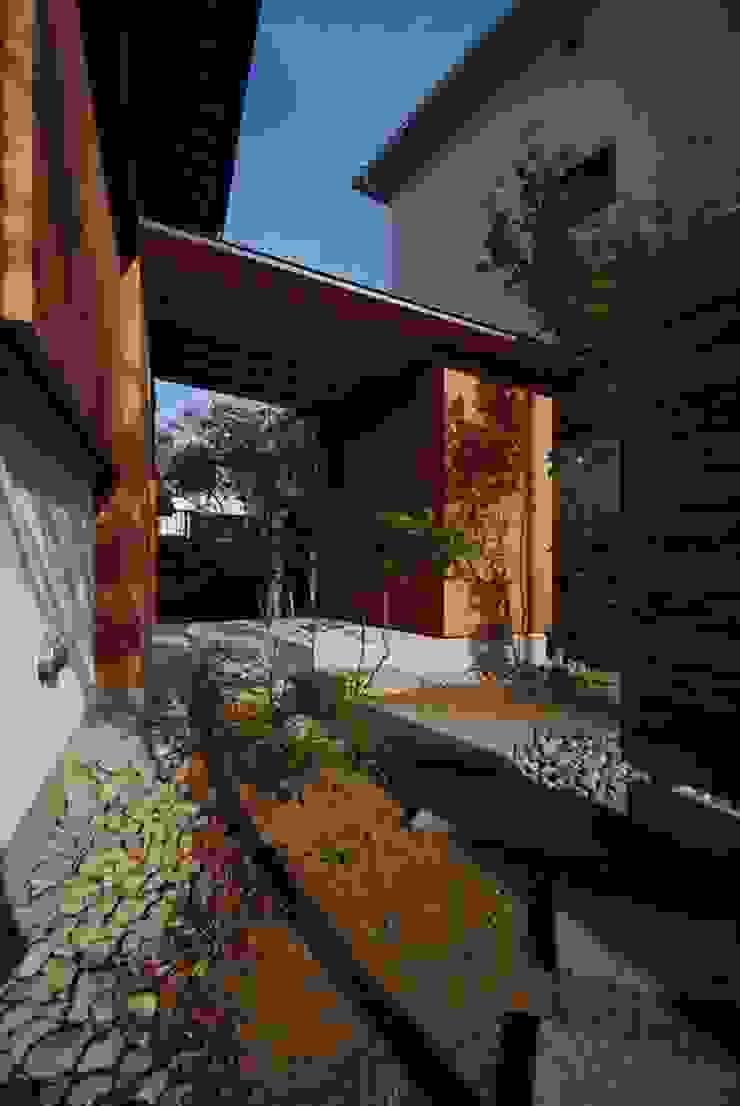 神谷建築スタジオ Pasillos, vestíbulos y escaleras de estilo ecléctico