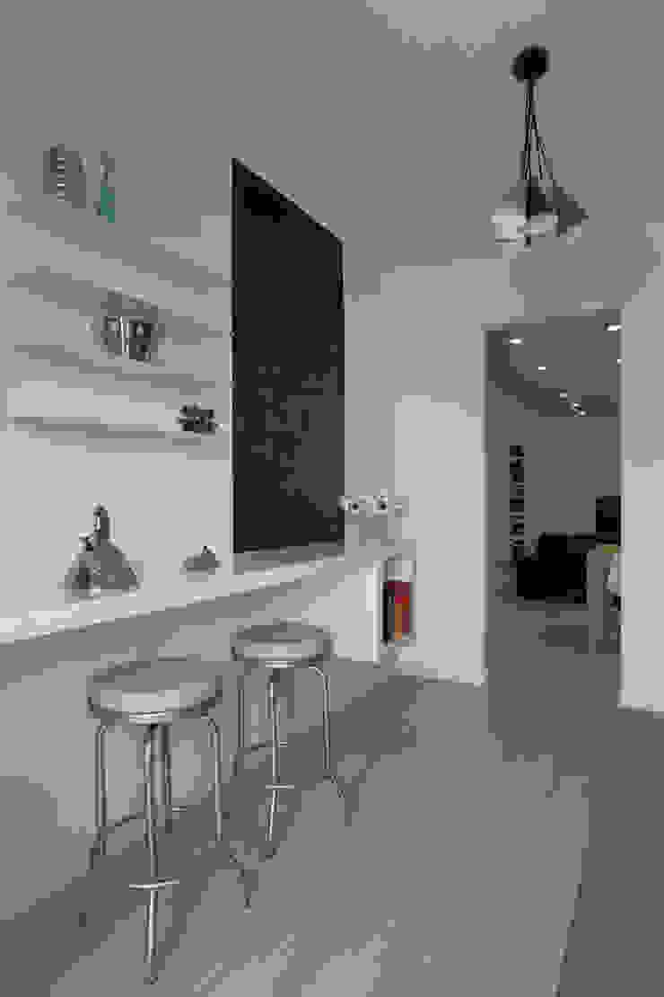 Casa <q>Elle</q> bianca e grigia Cucina minimalista di MAMESTUDIO Minimalista