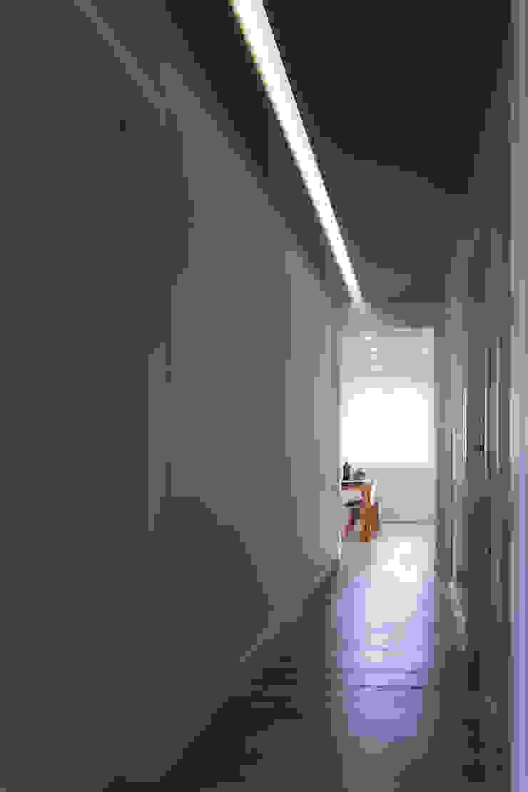 Casa <q>Elle</q> bianca e grigia Ingresso, Corridoio & Scale in stile minimalista di MAMESTUDIO Minimalista