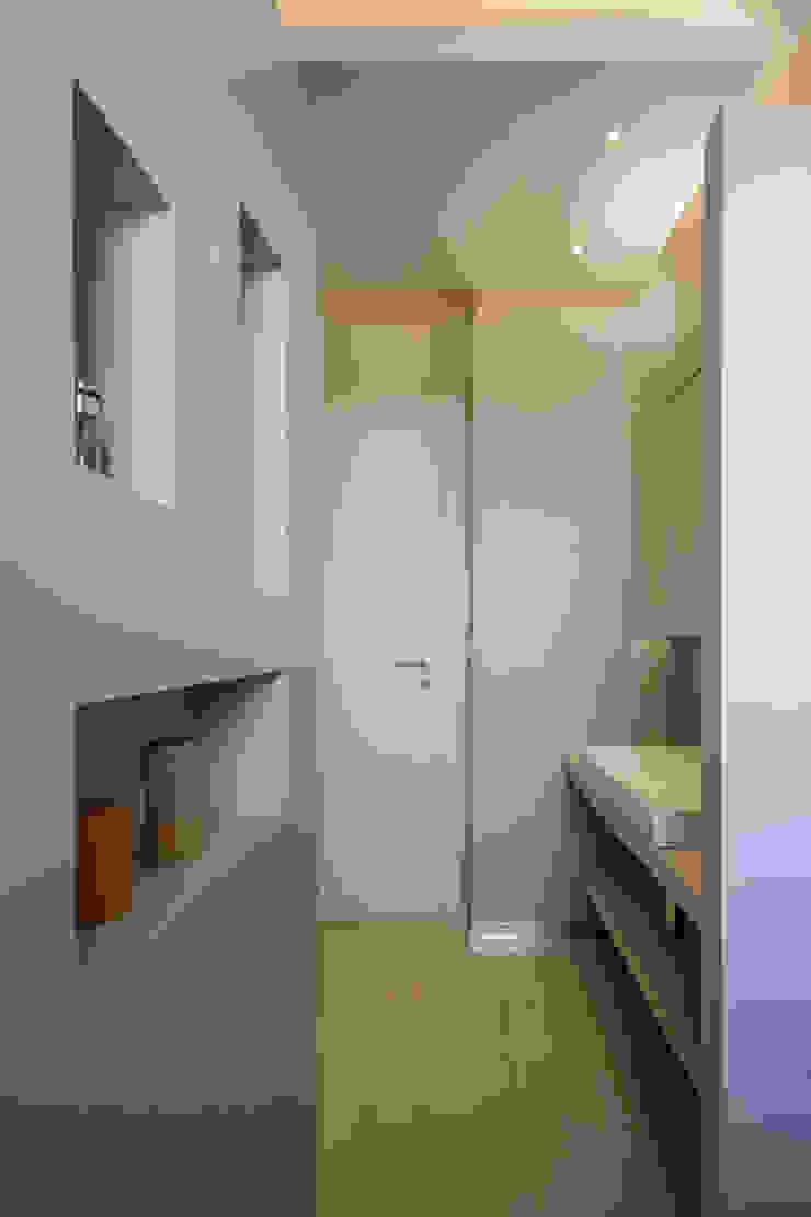 Casa <q>Elle</q> bianca e grigia Bagno minimalista di MAMESTUDIO Minimalista