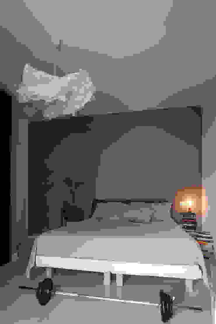 Casa <q>Elle</q> bianca e grigia Camera da letto minimalista di MAMESTUDIO Minimalista