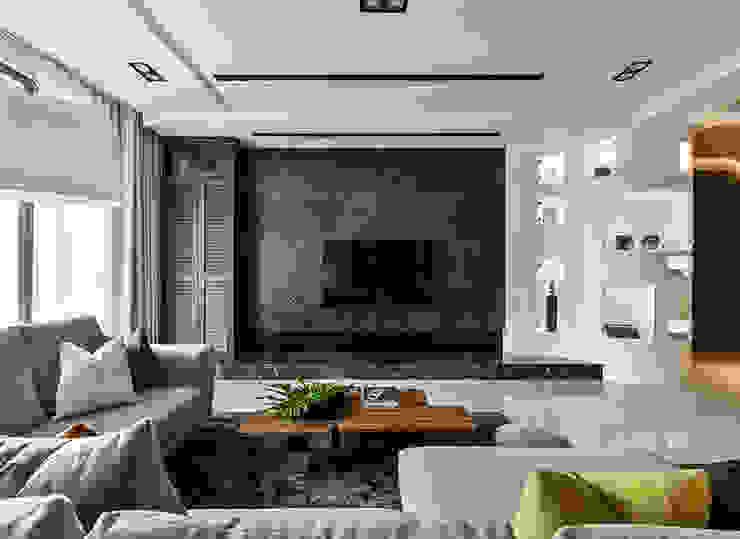 光度與空間 现代客厅設計點子、靈感 & 圖片 根據 皇室空間室內設計 現代風