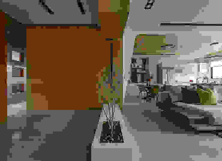 光度與空間 現代風玄關、走廊與階梯 根據 皇室空間室內設計 現代風