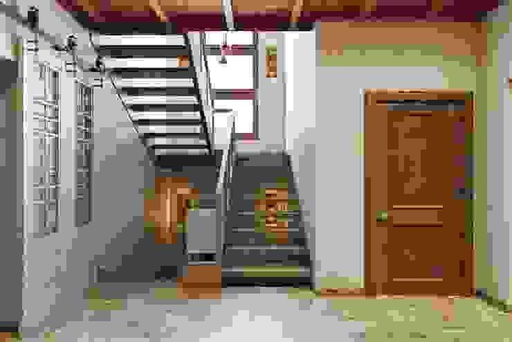 Дизайн студия Алёны Чекалиной Country style corridor, hallway& stairs