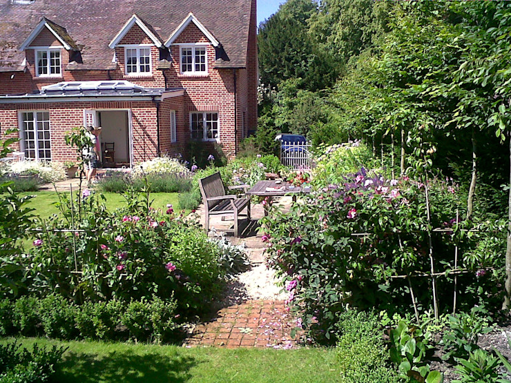 Country Cottage Garden, Hampshire Taman Klasik Oleh GreenlinesDesign Ltd Klasik