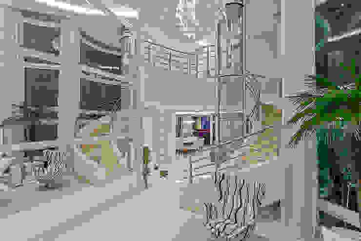 現代風玄關、走廊與階梯 根據 Arquiteto Aquiles Nícolas Kílaris 現代風