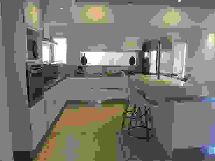 Casa LR4546 Cocinas minimalistas de MARIA NIGRO ARQUITECTA Minimalista