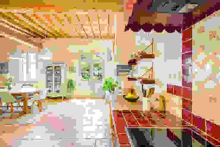 Cozinhas mediterrânicas por Laurence champey Mediterrânico Madeira Acabamento em madeira