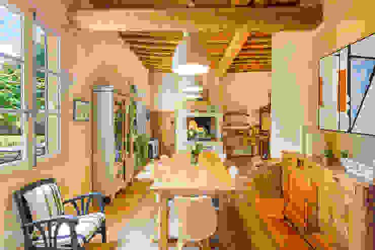 Salas de jantar mediterrânicas por Laurence champey Mediterrânico Madeira Acabamento em madeira