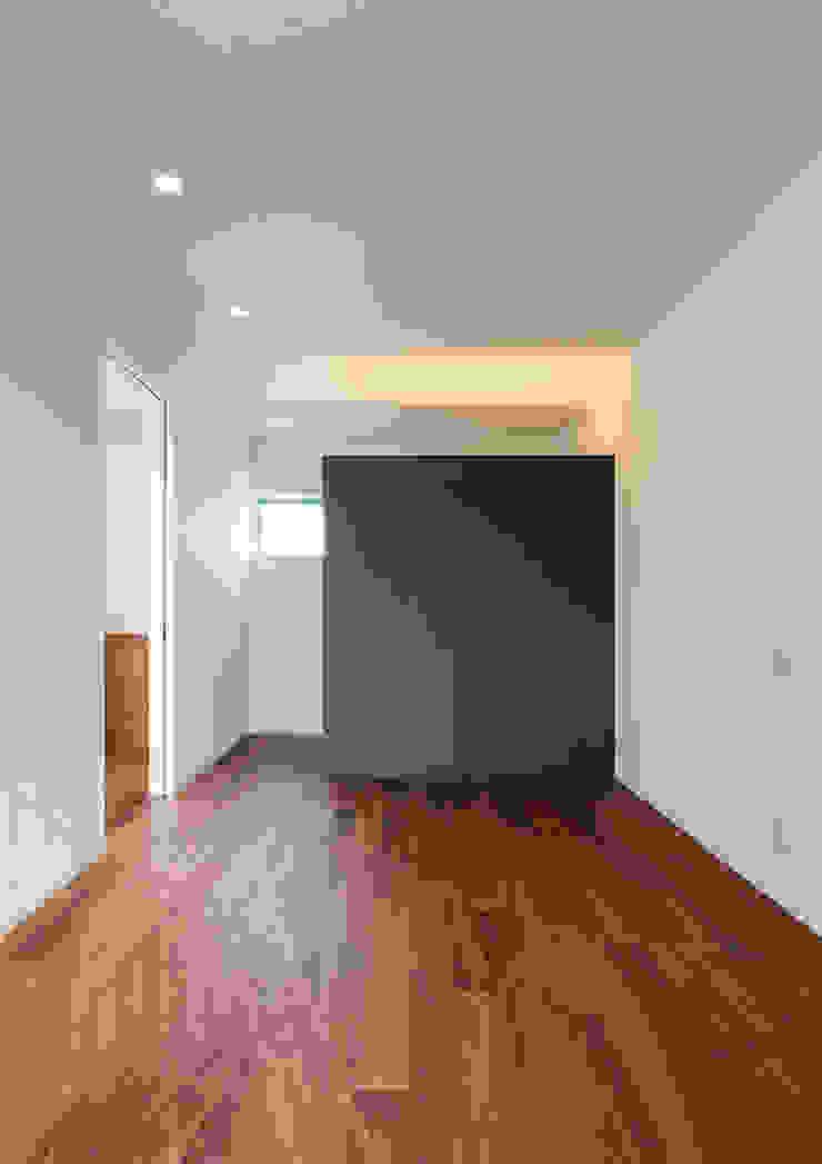 Moderne Schlafzimmer von 中村建築研究室 エヌラボ(n-lab) Modern Holz Holznachbildung