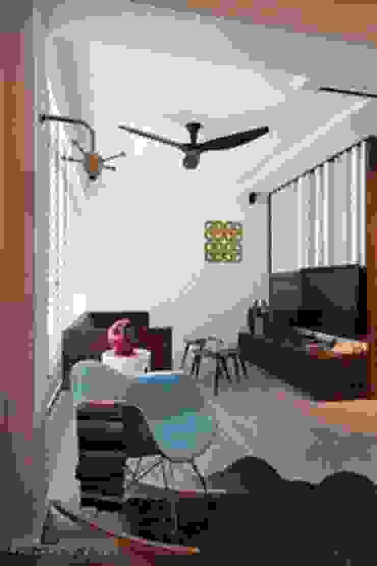 Living view Scandinavian style living room by De Reno Hom Scandinavian