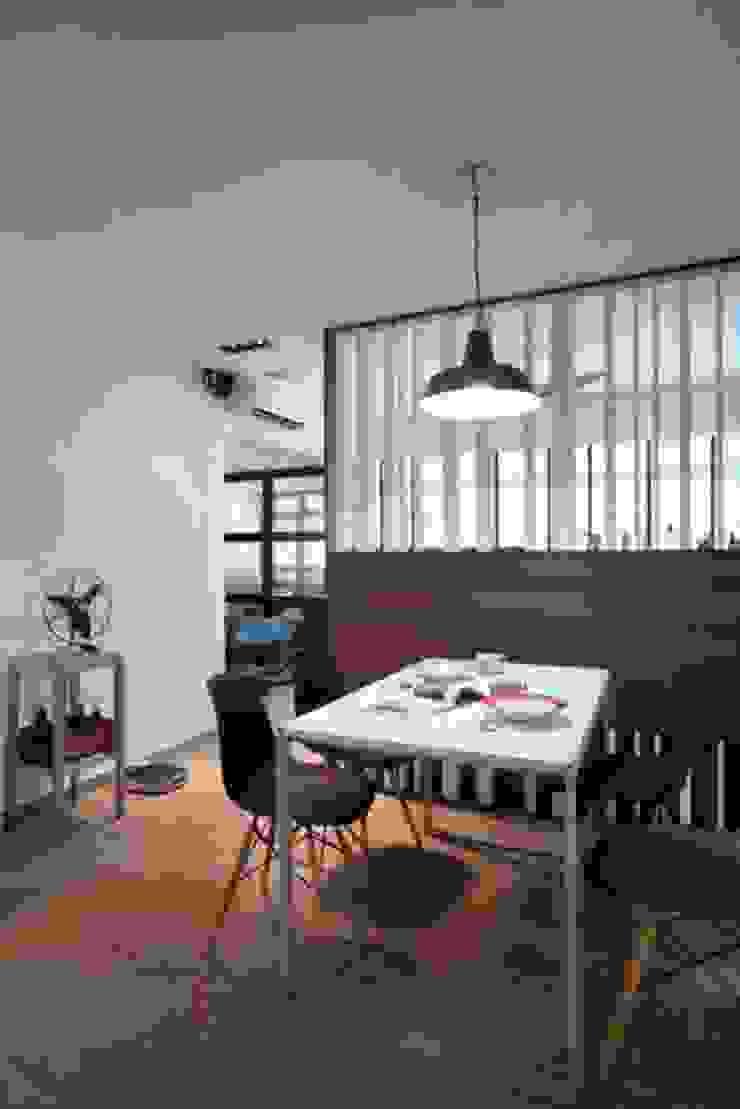 Dine are Scandinavian style dining room by De Reno Hom Scandinavian