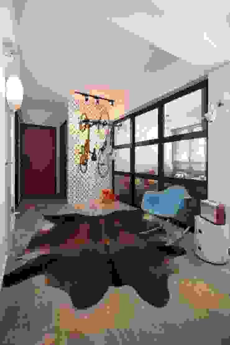 Study area Scandinavian style study/office by De Reno Hom Scandinavian