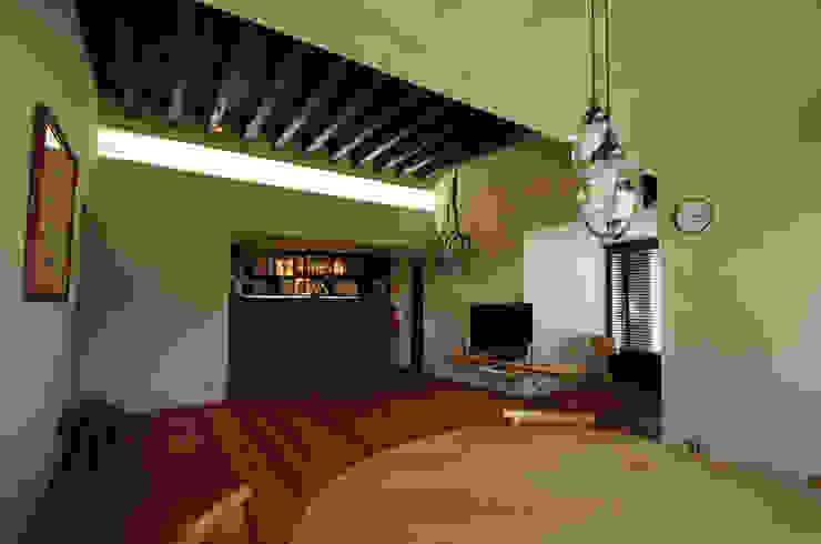 小林良孝建築事務所 Living room Solid Wood Black