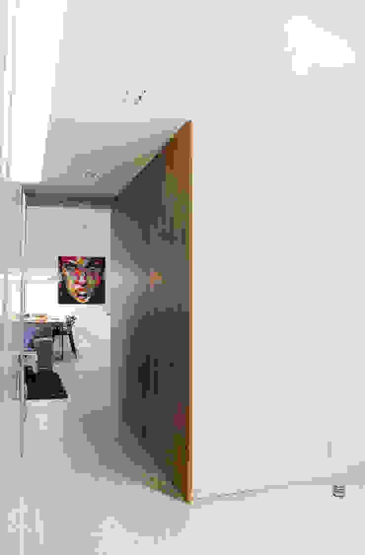 Modern Corridor, Hallway and Staircase by dekoratorka.pl Modern