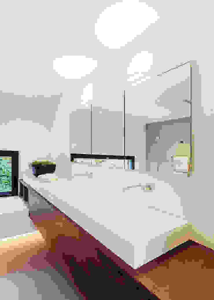 meier architekten zürich 現代浴室設計點子、靈感&圖片 White
