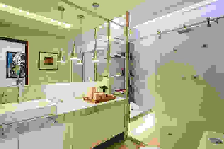 Bathroom by Cris Nunes Arquiteta