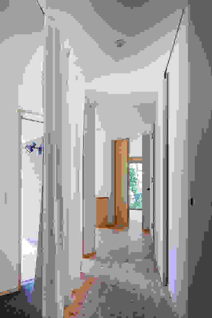小笠原建築研究室 Modern Corridor, Hallway and Staircase Solid Wood White