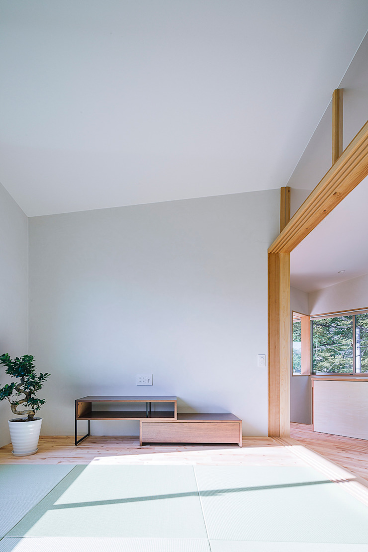 小笠原建築研究室 Modern living room Solid Wood White