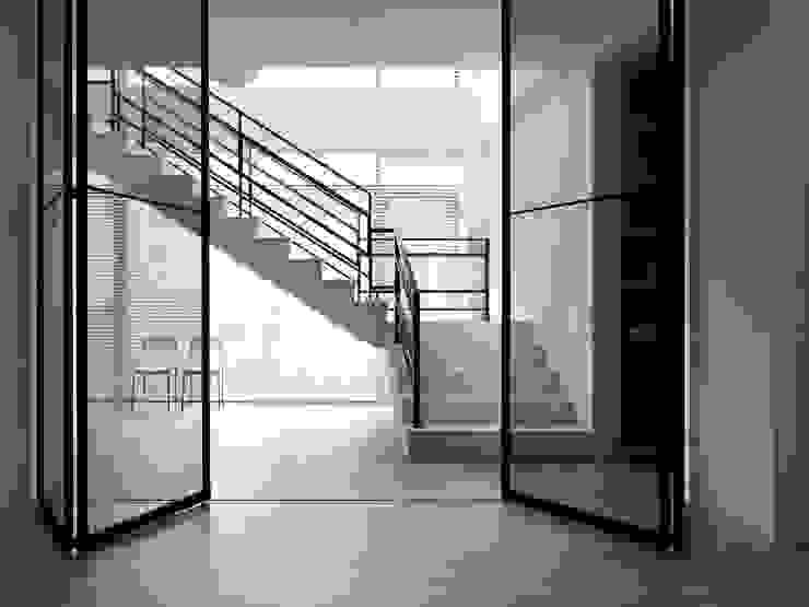 Modern corridor, hallway & stairs by 夏沐森山設計整合 Modern