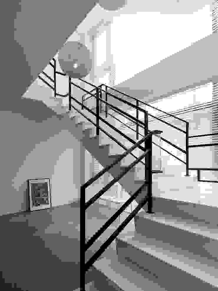 Four season house 現代風玄關、走廊與階梯 根據 夏沐森山設計整合 現代風