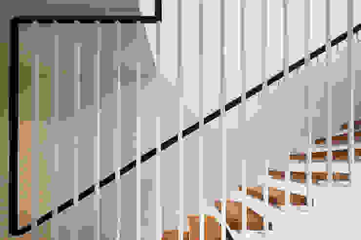 Bespoke Stairs Pasillos, vestíbulos y escaleras de estilo moderno de homify Moderno