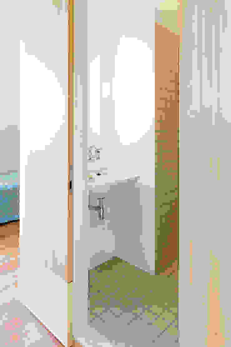 RE-THINKING CONVENT Moderne badkamers van ZOOM.INDUSTRIES Modern Hout Hout