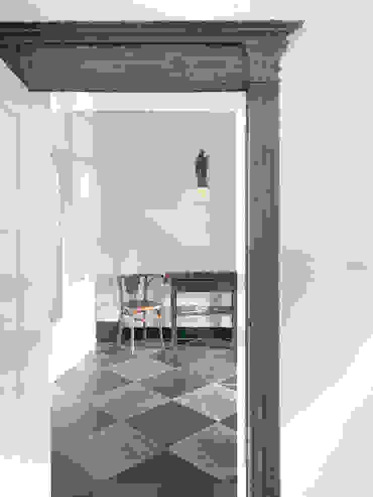 RE-THINKING CONVENT Moderne gangen, hallen & trappenhuizen van ZOOM.INDUSTRIES Modern Tegels