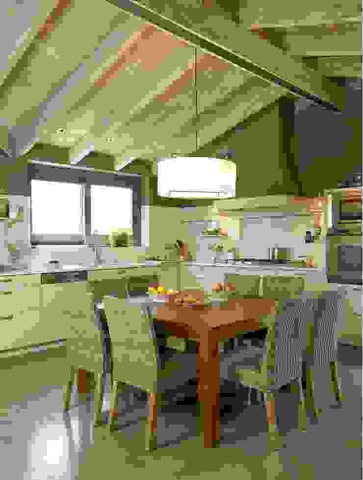 Una atmósfera campestre actualizada Cocinas de estilo rústico de DEULONDER arquitectura domestica Rústico