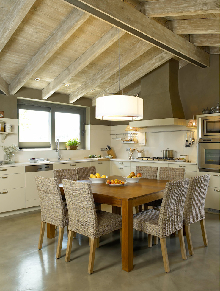 Rustykalna kuchnia od DEULONDER arquitectura domestica Rustykalny